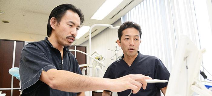 飯田院長と分析をする富田ドクター