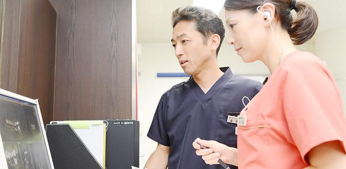 診断する医師