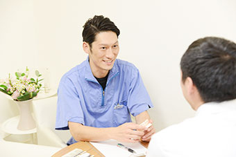 患者様とコミュニケーションを取る技工士